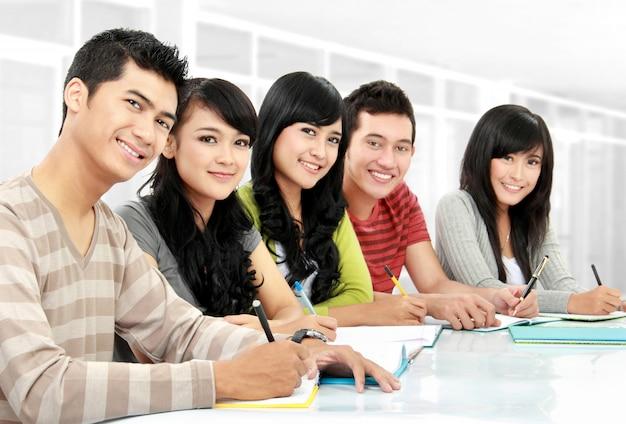 Porträt von studenten, die studieren