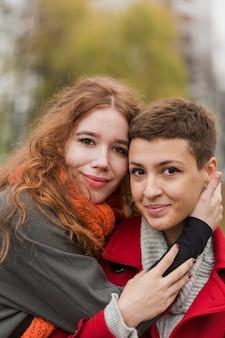 Porträt von süßen jungen frauen zusammen