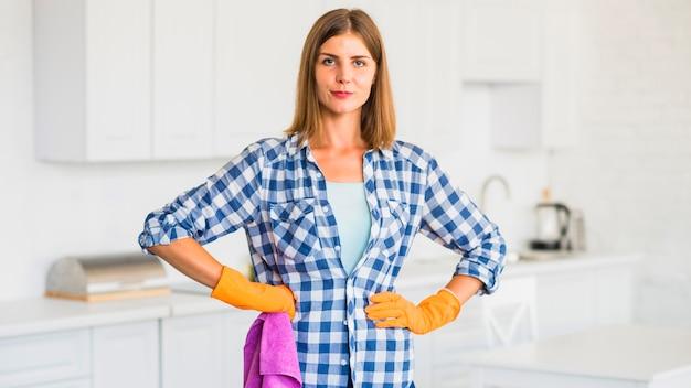Porträt von tragenden handschuhen der jungen frau, die rosa serviette halten