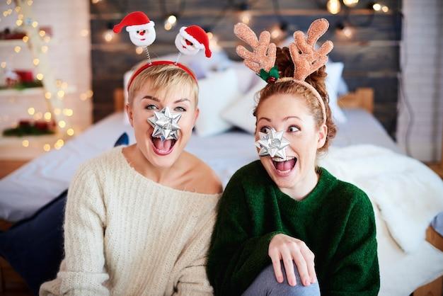 Porträt von verspielten freunden zu weihnachten