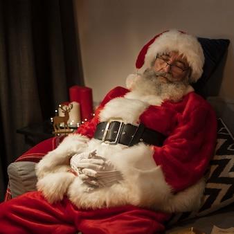 Porträt von weihnachtsmann ein schläfchen halten