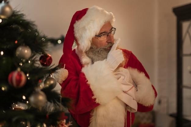 Porträt von weihnachtsmann geschenke liefernd