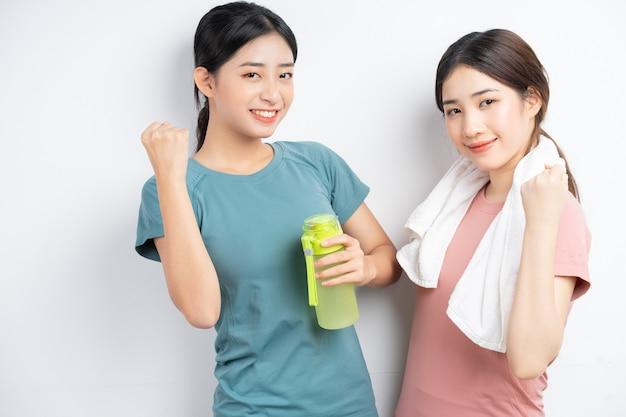 Porträt von zwei asiatischen frauen, die sportkleidung tragen