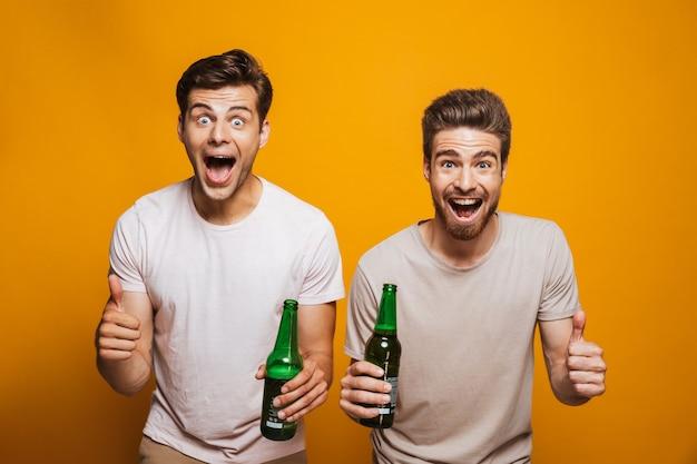 Porträt von zwei aufgeregten jungen männern besten freunden