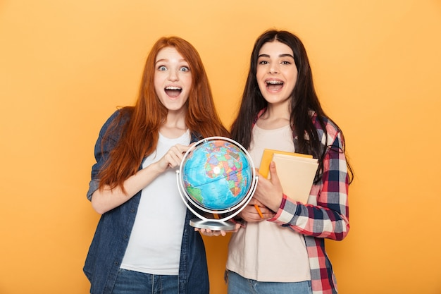 Porträt von zwei aufgeregten jungen schulfrauen