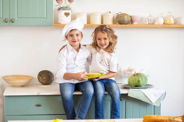 Porträt von zwei entzückenden kindern in der küche zu hause