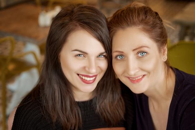 Porträt von zwei freunden, glückliches frauenlächeln auf dem gesicht