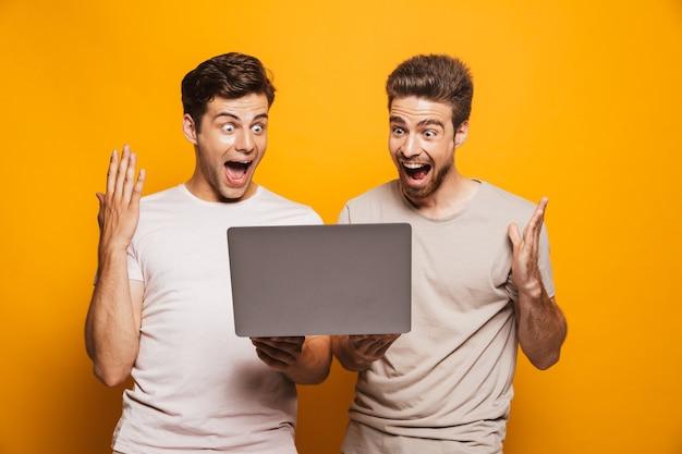 Porträt von zwei fröhlichen jungen männern besten freunden