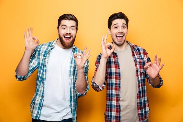 Porträt von zwei glücklichen jungen männern