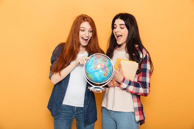 Porträt von zwei glücklichen jungen schulfrauen