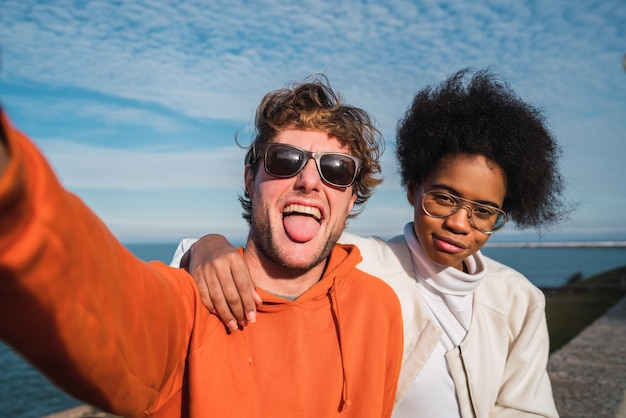 Porträt von zwei jungen freunden, die gute zeit zusammen verbringen und ein selfie im freien machen.
