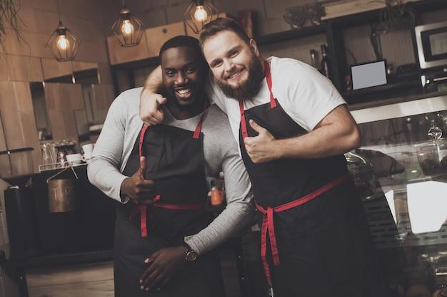 Porträt von zwei jungen männlichen barista am arbeitsplatz