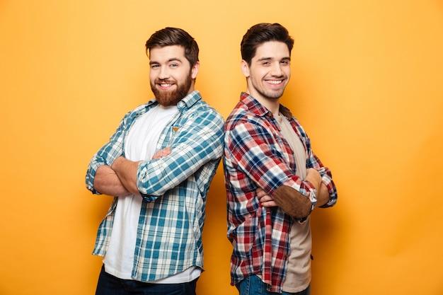 Porträt von zwei lächelnden jungen männern