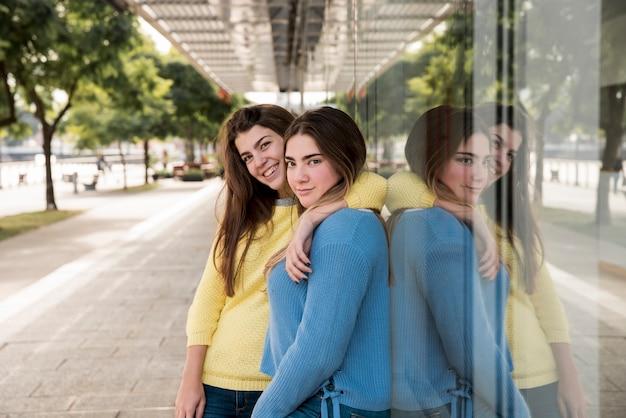 Porträt von zwei mädchen in der städtischen umwelt, die spaß hat