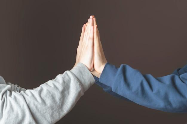 Porträt von zwei männern geben high five und feiern den sieg d