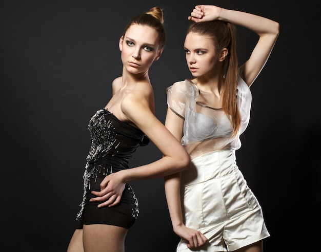 Porträt von zwei romantischen frauen in mode kleiden an