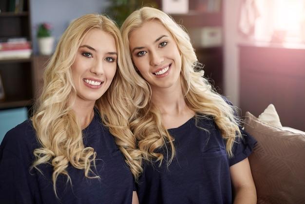 Porträt von zwei schönen blonden schwestern