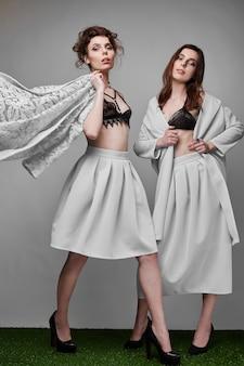Porträt von zwei schönen, sinnlichen brunettemodellen