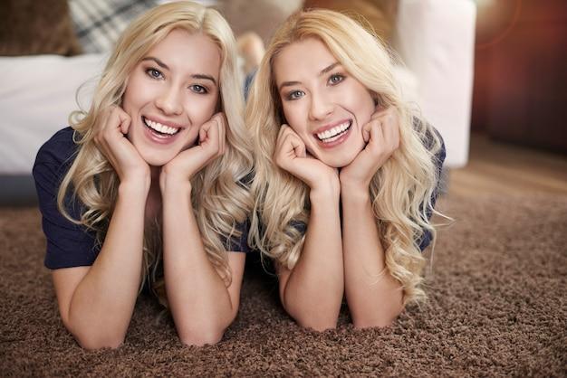 Porträt von zwei schönen zwillingen