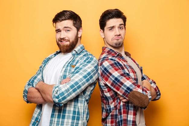 Porträt von zwei selbstbewussten jungen männern