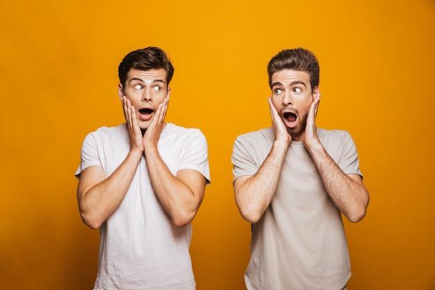 Porträt von zwei überraschten jungen männern, besten freunden
