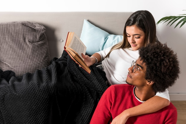 Porträt von zwischen verschiedenen rassen paaren, die zusammen lesen