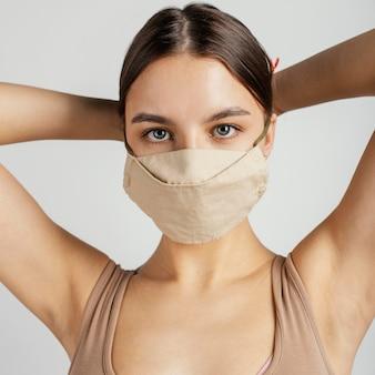 Porträt weiblich mit maske