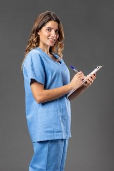 Porträt weibliche krankenschwester mit zwischenablage