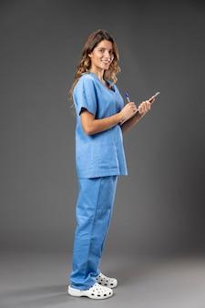 Porträt weibliche krankenschwester mit zwischenablage Premium Fotos
