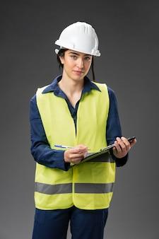 Porträt weiblicher ingenieur mit zwischenablage