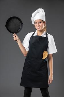 Porträt weiblicher koch mit pfanne