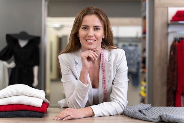 Porträt weiblicher persönlicher käufer, der arbeitet