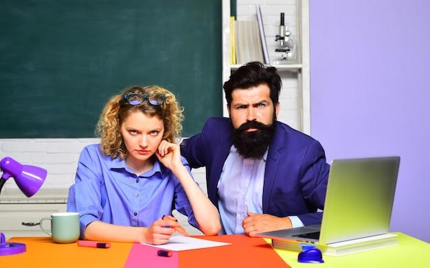 Porträt zweier kreativer studenten in klassenzimmerstudenten und nachhilfeunterrichtskonzept glückliche frau