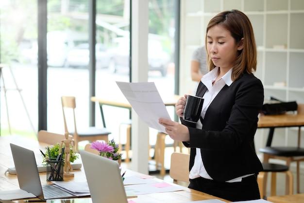 Porträtaufnahme prüfung asiatische frau im büro des finanzbüros cpa.