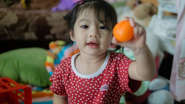 Porträtbild des lustigen asiatischen kleinkindmädchens