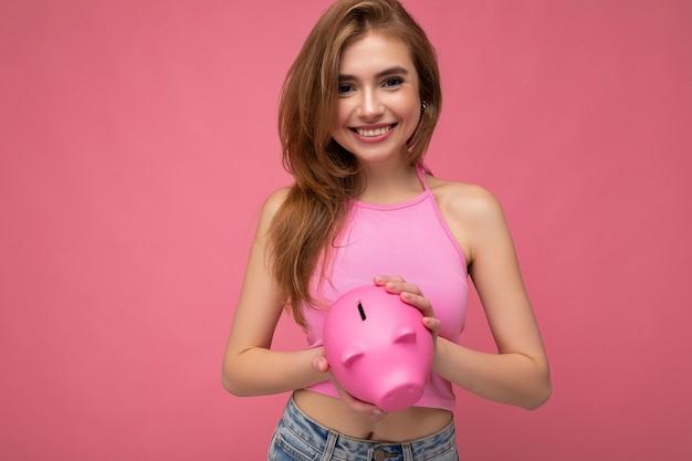 Porträtfoto der glücklichen positiven lächelnden jungen schönen attraktiven blonden frau mit aufrichtigem