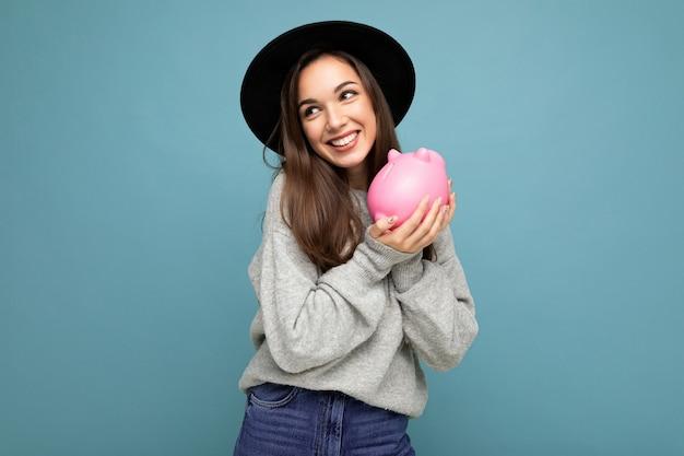 Porträtfoto der glücklichen positiven lächelnden jungen schönen attraktiven brünetten frau mit aufrichtigem