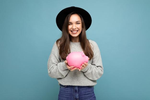Porträtfoto der glücklichen positiven lächelnden jungen schönen attraktiven brünettenfrau mit aufrichtigem