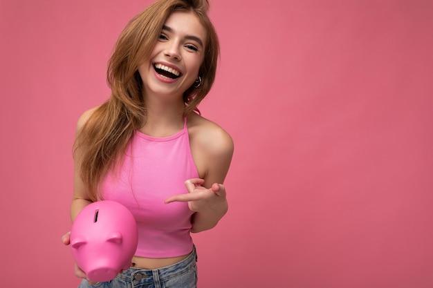 Porträtfoto einer aufrichtigen, glücklichen, positiven lächelnden jungen hübschen attraktiven weiblichen person mit licht