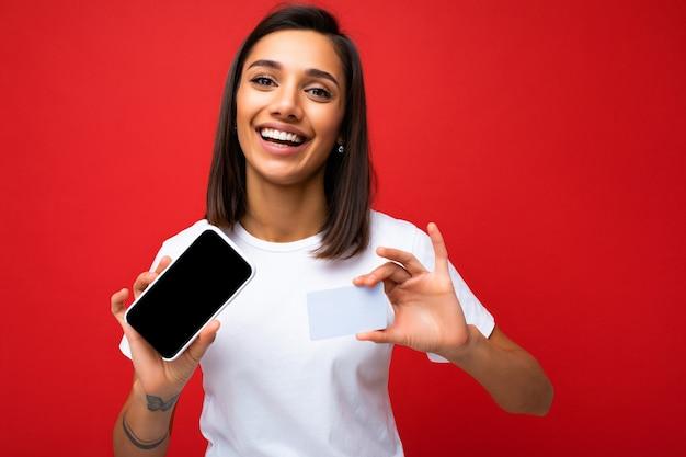 Porträtfoto einer glücklich lächelnden brünetten jungen frau, die das tägliche stilvolle weiße t-shirt isoliert trägt