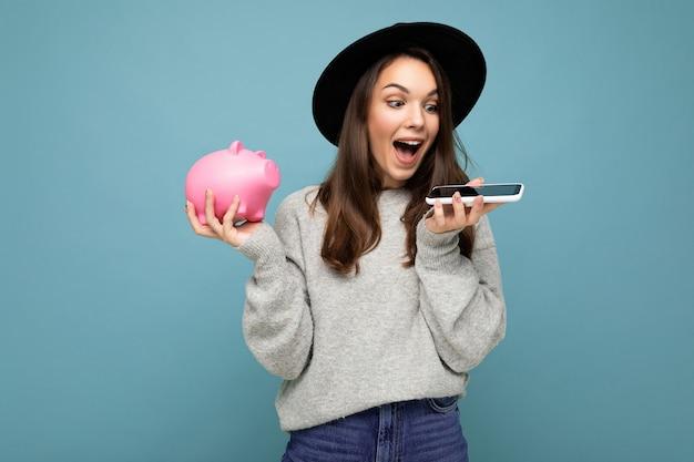 Porträtfoto einer glücklichen, aufrichtigen jungen charmanten, gewinnenden frau mit dunklem haar, die lässig trägt Premium Fotos
