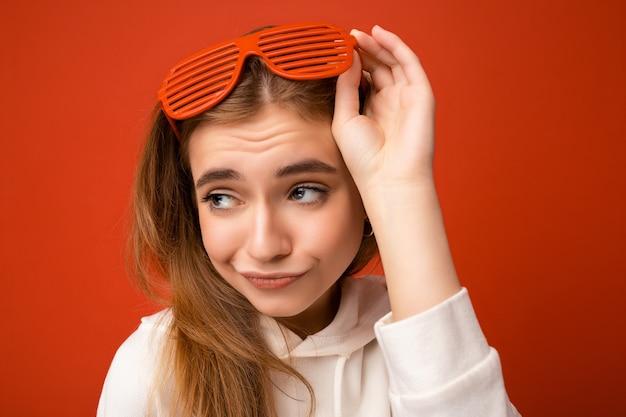 Porträtfoto einer schönen unzufriedenen jungen blonden frau in legerer kleidung und stilvollem