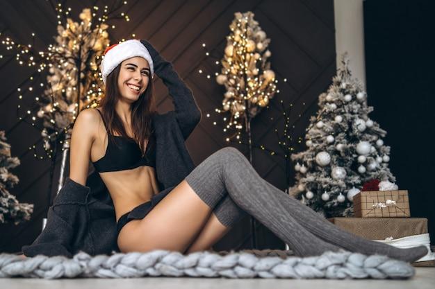 Porträtfrau am weihnachtsbaum in dessous