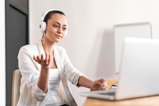 Porträtfrau bei der arbeit mit videoanruf