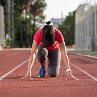 Porträtfrau bereit zu rennen