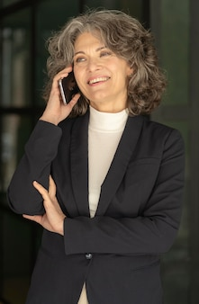 Porträtfrau, die auf handy spricht