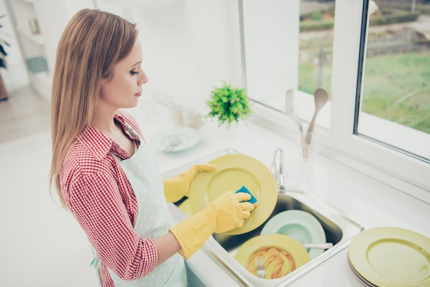 Porträtfrau, die das haus putzt