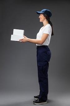 Porträtfrau, die für lieferservice arbeitet