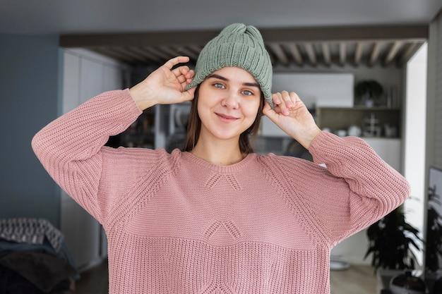 Porträtfrau, die gestrickte mütze trägt