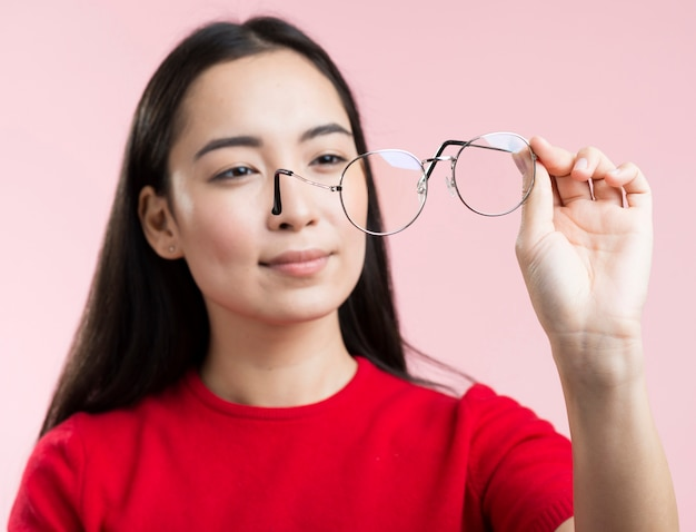 Porträtfrau, die gläser betrachtet